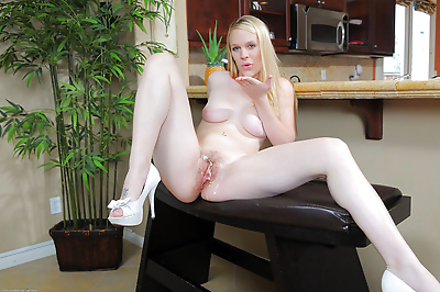 Hot blonde girlfriend Hydii..