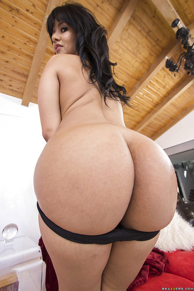 Brunette hair slut Rose Monroe is demonstrating her perfect pornstar butt