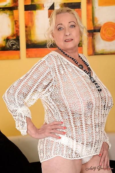 BBW granny Sila shows her..