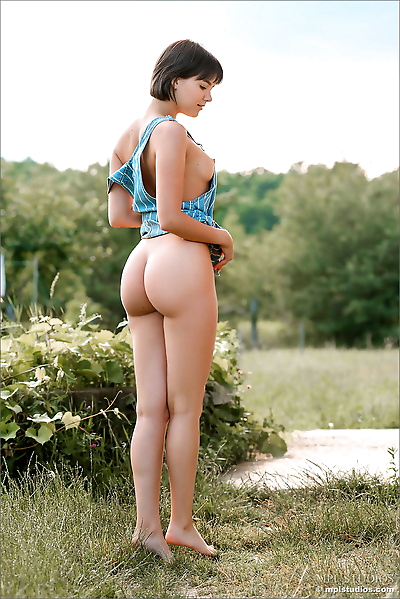 Teen girl with short hair bares her phat ass before totally nude poses outside